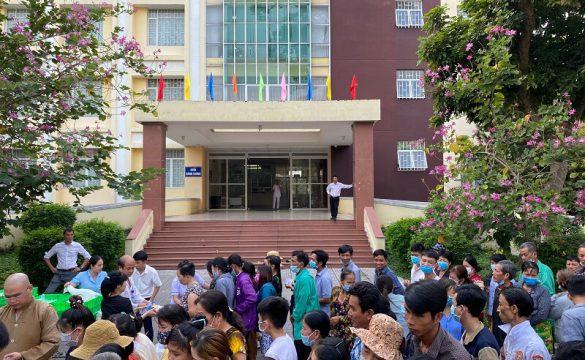Các tổ chức từ thiện tặng quà cho những bệnh nhân có hoàn cảnh khó khăn đang điều trị tại Bệnh viện Phạm Ngọc Thạch