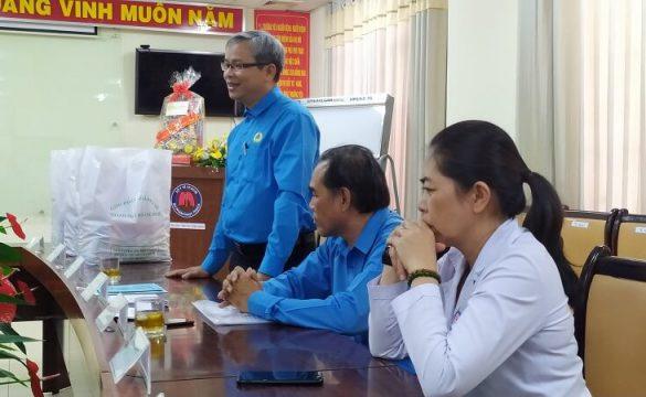Đại diện Công Đoàn ngành đến thăm và tặng quà cho nhân viên nhiễm bệnh trong năm tại Bệnh viện Phạm Ngọc Thạch.